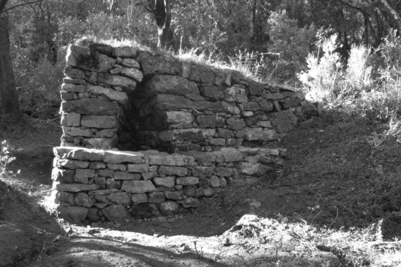 <em>Abris pierre sèche</em>, 2014 <br>photographie noir et blanc, tirage imprimante pigmentaire <br>120 x 85 cm