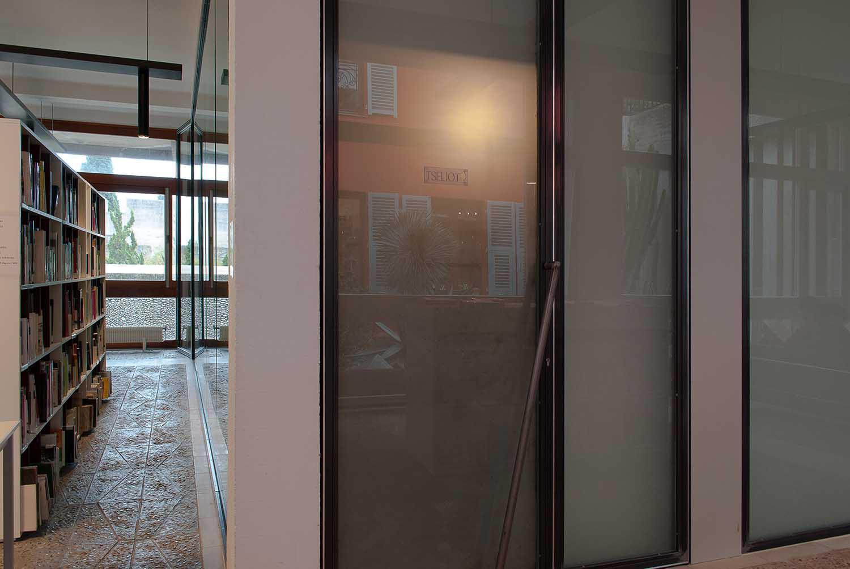 <em>TSELIOT - œuvre pour bibliohèque #1</em>, 2015 <br>plexiglas transparent découpé <br>18 x 6 cm <br>vue de l'installation dans la médiathèque de la Villa Arson
