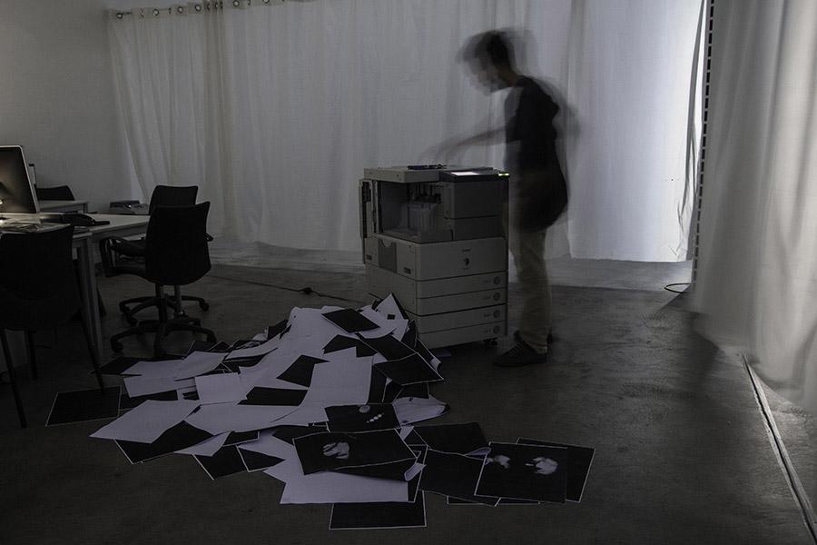 <em>Femto-copies</em>, 2015 <br>performance <br> 41 x 28,7 x 10,5 cm
