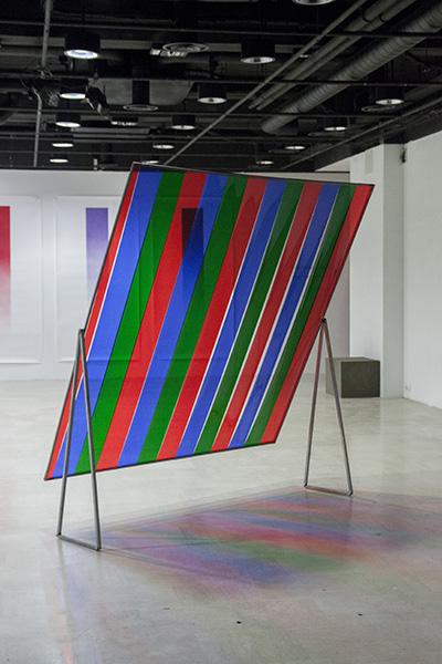 <em>Fenêtre</em>, 2013-14, <br>acier,gélatine rouge, verte et bleue <br>200 x 230 cm