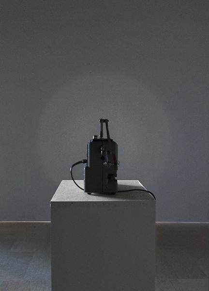 <em>La Respiration</em>, 2015 <br>projecteur 8 mm, rodhoïd noir, <br>40 x 23 x 12 cm