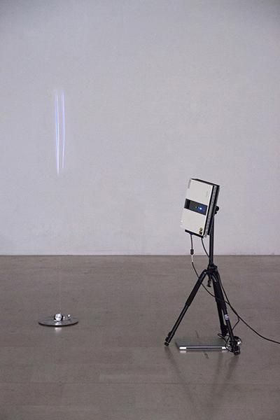Soleil, 2013 fil de coton, moteur et videoprojection dimensions variables