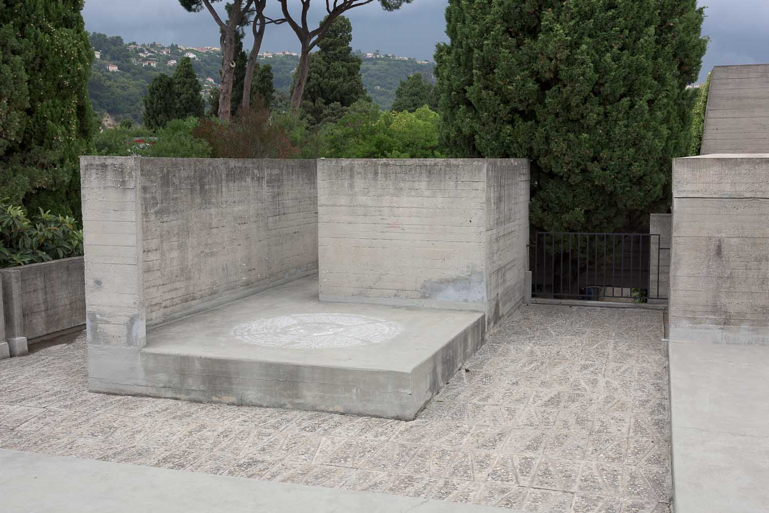 <em>Bonheur Massiu</em>, 2014 <br>dessin à la craie sur les terrasses de la Villa Arson, visible pendant l'écoute d'autres pièces sonores et performances en extérieur<br>dimensions variables
