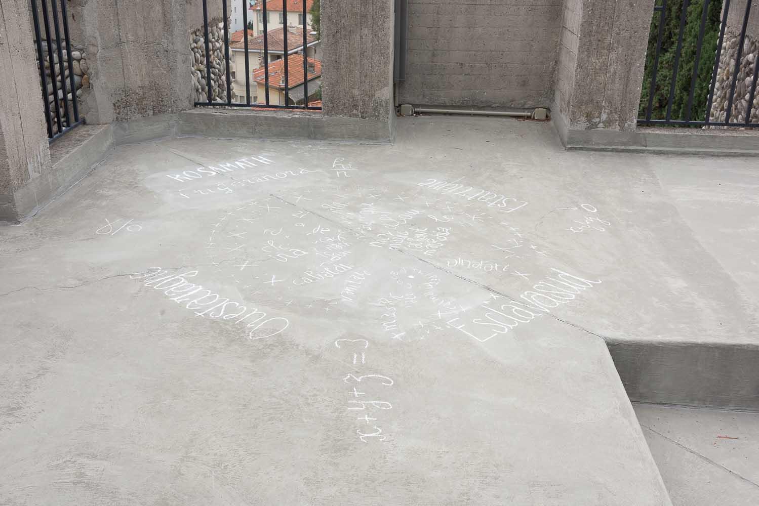 <em>Rosamath</em>, 2014 <br>dessin à la craie <br>citation d'un dessin d'André Martel, poète, papafol, ici déformé et choisi dans ces installations pour servir de boussole en charabia