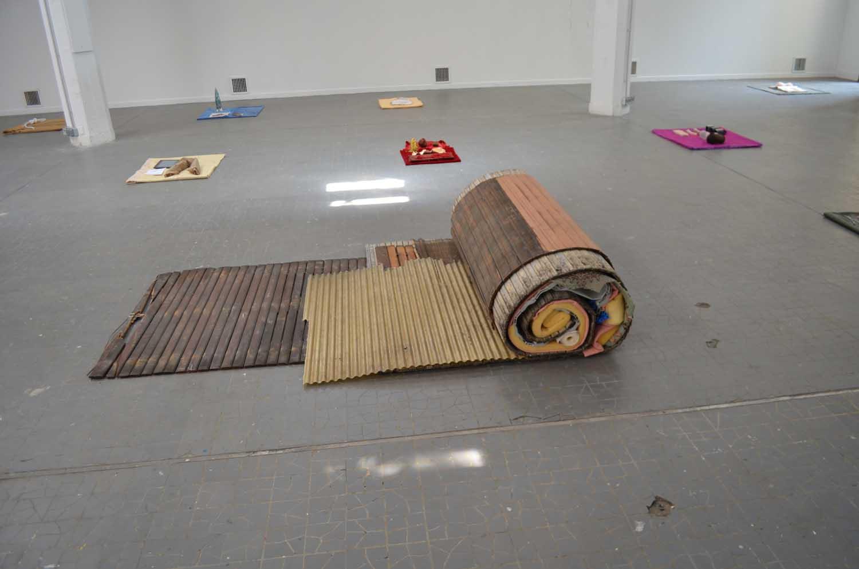 <em>Rouleau</em>, 2014-15  <br>mousse, tuyaux, tissus, papier peint et volets roulants en bois <br>160 x 130 x 60 cm