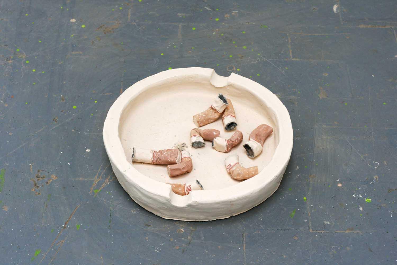 <em>Mégots mégalo</em>, 2014 <br>argile et peinture <br>6 x 30 x 30 cm
