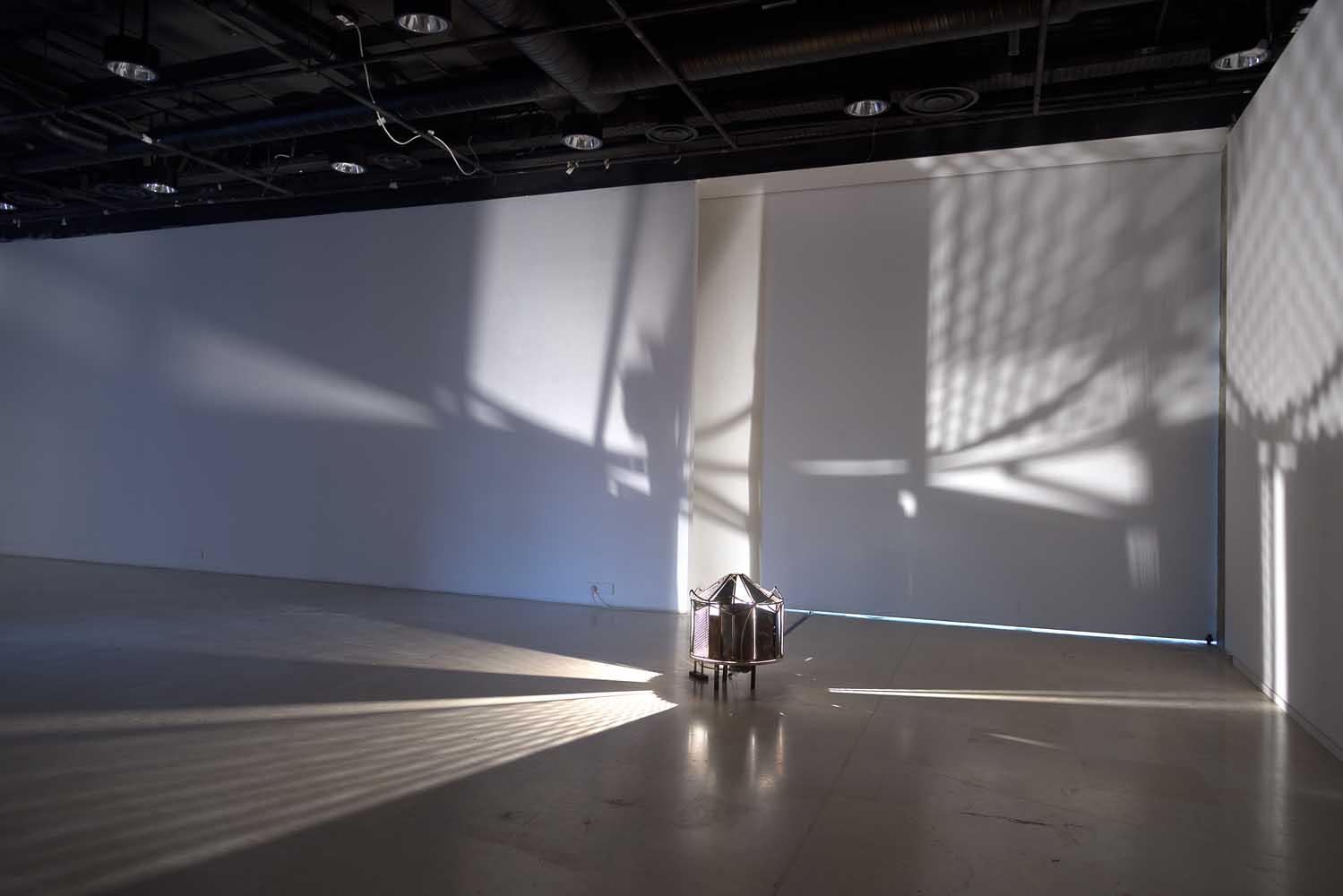 <em>Carrousel</em>, 2014 <br>fer, bois, moteur d'essuie-glaces, ampoule de rétroprojecteur, courant éléctrique, composants électroniques <br>57 x 49 x 45 cm