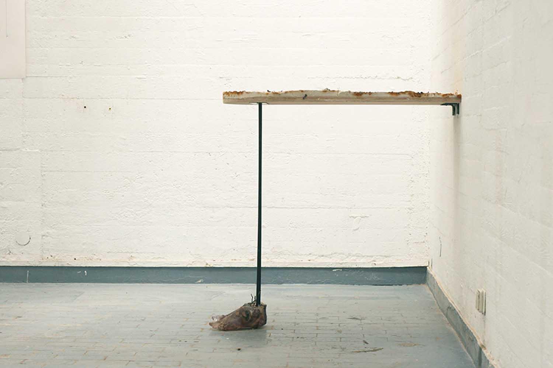 <em>Planche à pieds</em>, 2013 <br>plâtre, thé noir, métal, crevettes, moules, baies, résine <br>110 x 40 x 100 cm