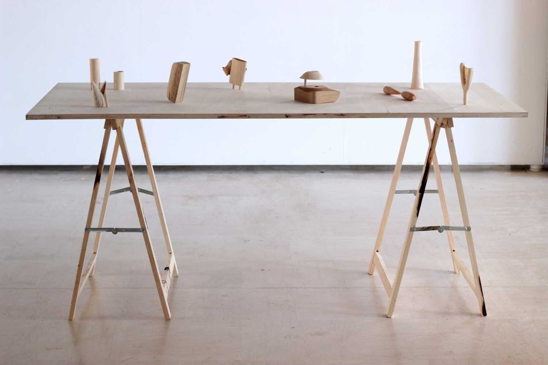 <em>ONI ( Objets non identifiés)</em>, 2013 <br>pièces de bois sculptées à partir de chutes  <br>dimensions variables
