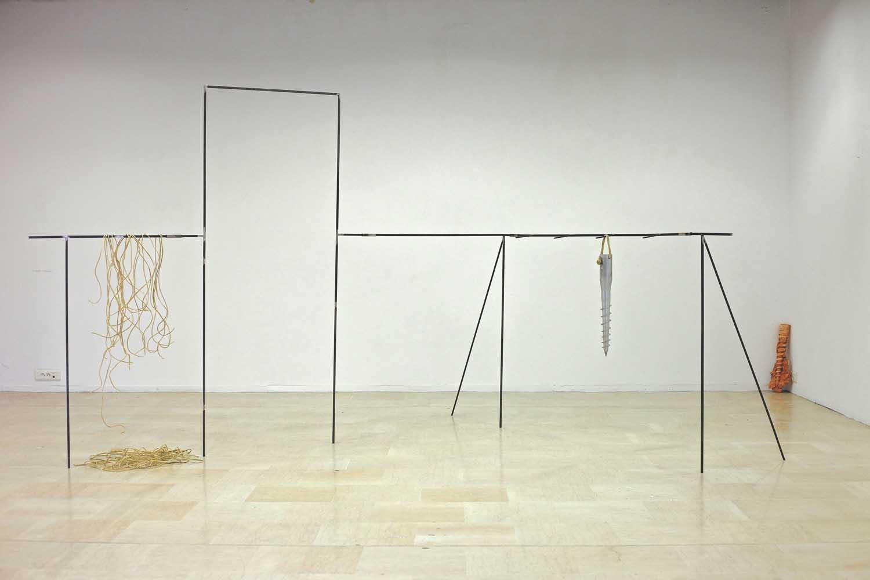 <em>Il sogno d'oro</em>, 2013 <br>installation, composition variable <br>structure démontable en métal, cuir de mouton, vis d'ancrage, plâtre, grelot, bois