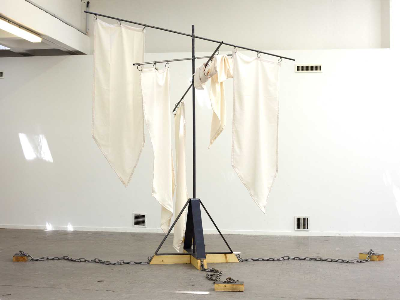 <em>Sérenum</em>, 2013 <br>métal, bois, tissu, pie empaillée, chaînette dorée <br>3,20 x 5 m