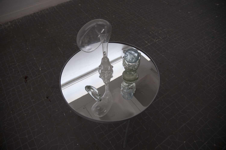 Sans titre<br>structure en métal, miroirs, assemblage de verres