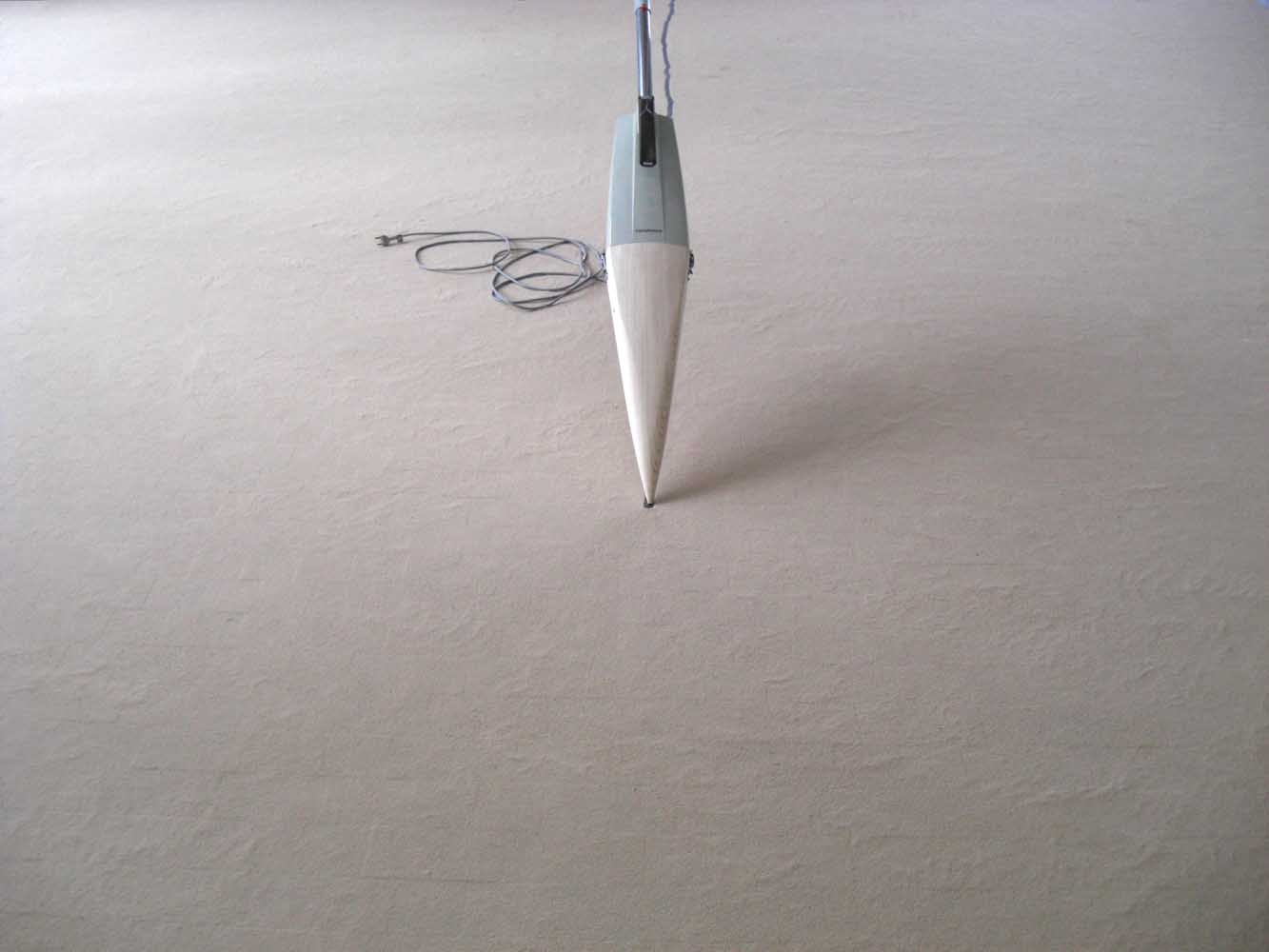 <em>Odd Habit Ghost</em>, 2012 <br>pièce d'aspirateur Manufrance, bois, poudre de bois, câble <br>dimensions variables