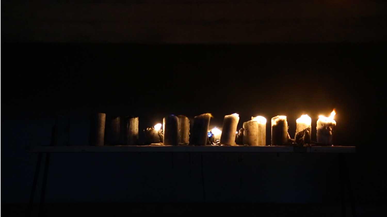 <em>Cierges</em>, 2012 <br>paraffine, mèche, poudre noire <br>dimensions variables