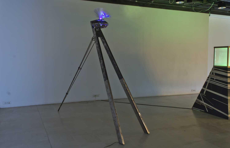 Sans titre, 2014  <br>métal peint, système lumineux <br>350 x 200 x 170 cm