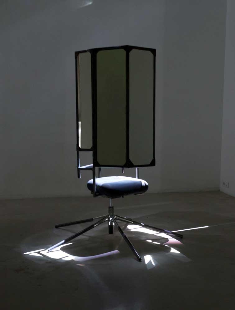 <em>Je suis plus Interstellar que Marcel Duchamp</em>, 2014-15 <br>chaise de bureau, métal, miroirs <br>180 x 75 x 60 cm