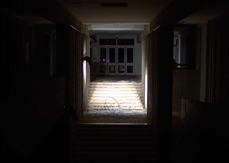 <em>Lustre</em>, 2012 <br>fer, tubes fluorescents <br>145 x  145 x 150 cm