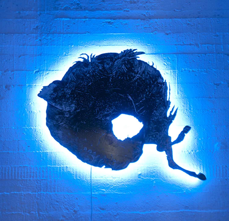 Sans titre, 2015 <br>sérigraphie sur plexiglas, néon bleu <br>100 x 110 cm
