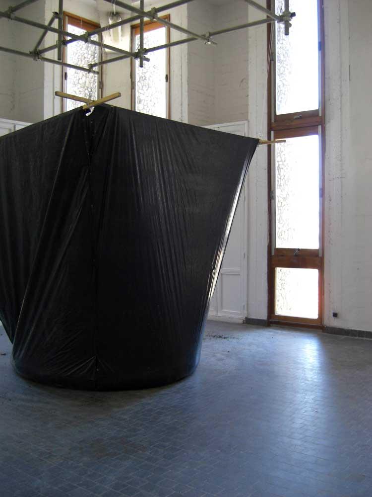 <em>Pauvre Martin, pauvre misère</em>,  2012 <br>dispositif performatif, bâche, terre, bois, métall, pelle <br>dimensions variables