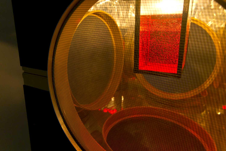 <em>Scaphandrier</em>, 2014 <br>bois peint et gravé, tamis en métal, papier mirroir, plexiglas, eau colorée, système lumineux, chaîne <br>45 x 45 x 45 cm